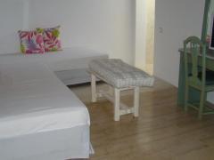 Manos Rooms
